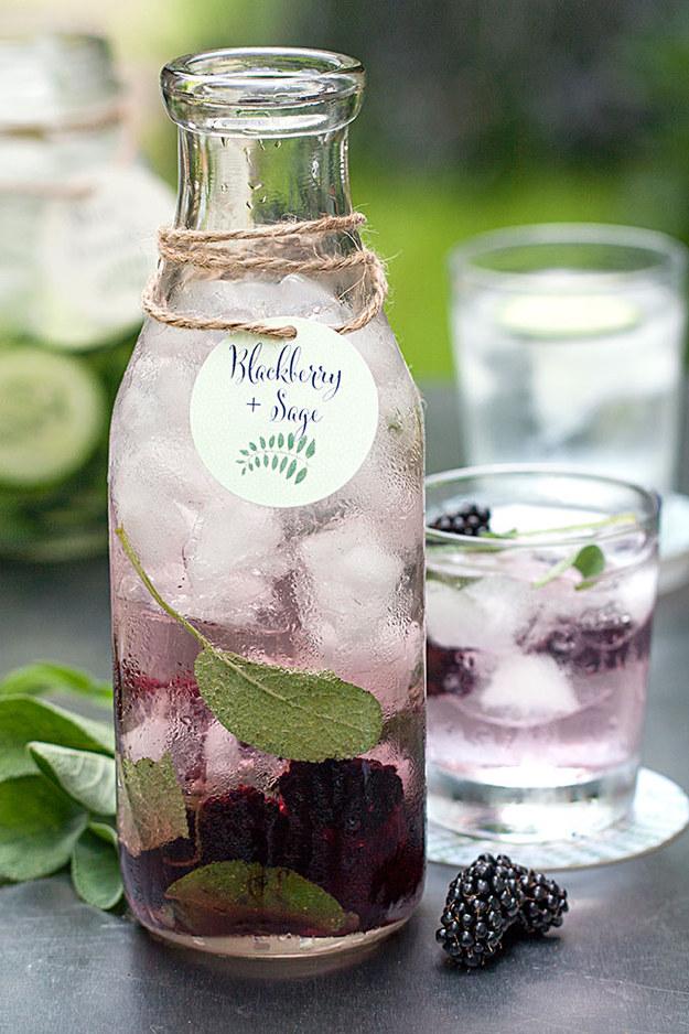 Woda owocowa z jeżyną i szałwią