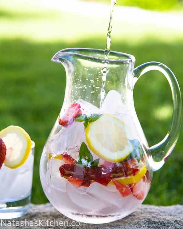 woda-owocowa-truskawki-bazylia-cytryna